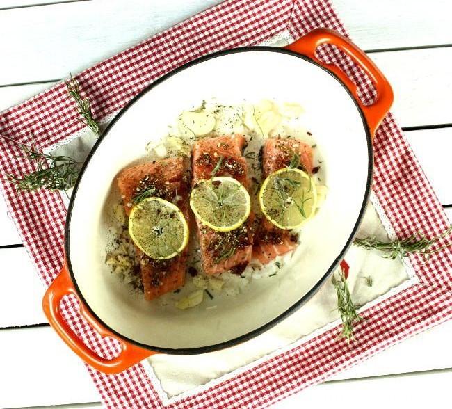 Pieczony łosoś z suszonymi pomidorami i imbirem