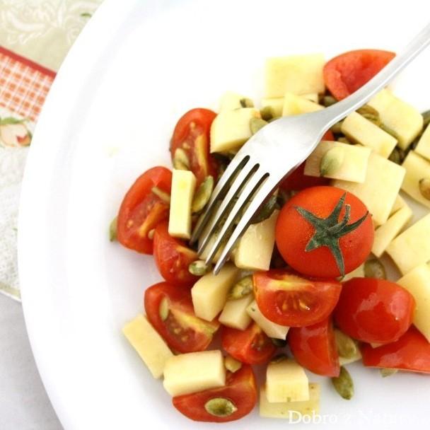 sałatka z serem, pomidorkami i pestkami dyni